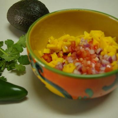 Aguacate Lindo y Querido. Receta de Ceviche de Mariscos con Mango, Jalapeño y Cilantro en una Cama de Aguacate