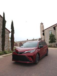 Entrada la Villa Española en Westlake con el Toyota Sienna