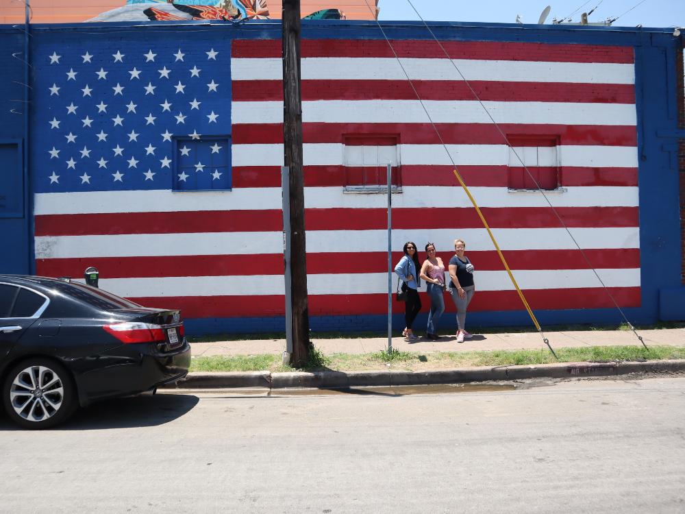 Donde Tomar Fotos Patrióticas con la Bandera de Estados Unidos en Dallas